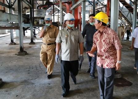 PANGSA EKONOMI : Gubernur Kaltara Dr H Irianto Lambrie saat meninjau aktivitas salah satu pabrik CPO di Malinau, belum lama ini.Poto: Humas Pemprov Kaltara
