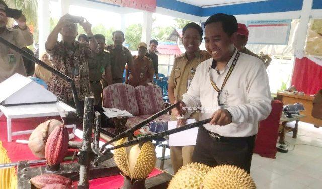 LOMBA TTG : Inovator dari Posyantek Pilar Batas menunjukkan fungsi salah satu peralatan yang dibuatnya pada Lomba TTG dan Posyantek Berprestasi 2019, belum lama ini.Poto: Humas pemprov Kaltara
