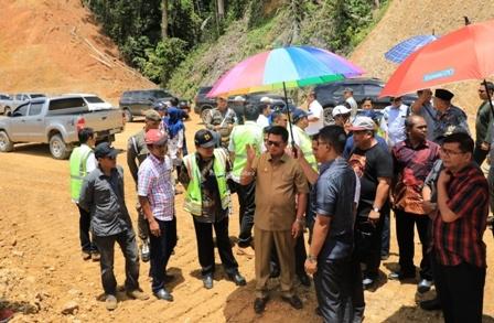 INFRASTRUKTUR : Gubernur Kaltara Dr H Irianto Lambrie saat meninjau proses pengerjaan salah satu jalan nasional di Kaltara, belum lama ini.Poto: Humas Pemprov Kaltara