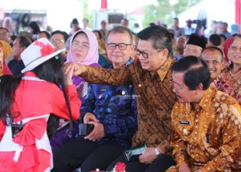 TAMPIL MEMUKAU : Gubernur Kaltara, Dr H Irianto Lambrie menyalami salah satu pengisi acara PKN GNRM 2019 di Kota Banjarbaru, Kalsel, Kamis (19/9) lalu.Poto:Humas Pemprov Kaltara