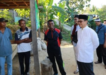 KEPEDULIAN : Gubernur Kaltara Dr H Irianto Lambrie saat menyambangi kediaman salah satu warga penerima bantuan di Nunukan, belum lama ini.Poto:Humas Pemprov Kaltara