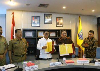 PENDIDIKAN : Gubernur Kaltara Dr H Irianto Lambrie saat menunjukkan dokumen kerja sama dengan PSF-SDO untuk program TLC pada tahun lalu.Poto: Humas Pemprov Kaltara