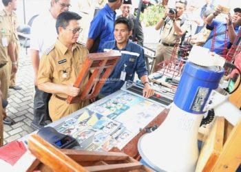 SERTIFIKASI : Gubernur Kaltara Dr H Irianto Lambrie saat meninjau perangkat pelatihan di Mobile Training Unit, Selasa (3/9).Poto:Humas Pemprov Kaltara