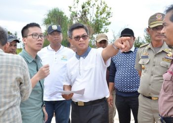 KAWASAN INDUSTRI : Gubernur Kaltara Dr H Irianto Lambrie saat meninjau rencana lokasi pengembangan KIPI Tanah Kuning-Mangkupadi, belum lama ini.Poto:Humas Pemprov Kaltara