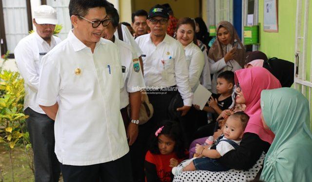 LAYANAN KESEHATAN : Gubernur Kaltara Dr H Irianto Lambrie saat meninjau pelayanan kesehatan yang diberikan tim Dokter Terbang, belum lama ini.Poto: Humas Pemprov Kaltara