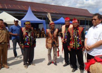 Kedatangan Menkominfo Rudiantara disambut Masyarakat Adat di Krayan, Kabupaten Nunuka, (30/8). Poto: BAKTI Kominfo