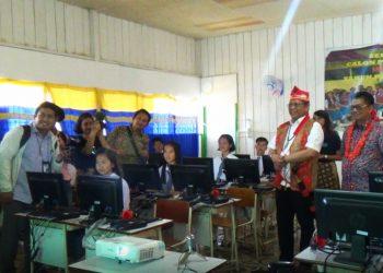 Menteri Kominfo Rudiantara didampingi Gubernur Kaltara Irianto Lambrie di SMA N 1 Krayan, Jum'at (30/8). Poto : BAKTI KOMINFO