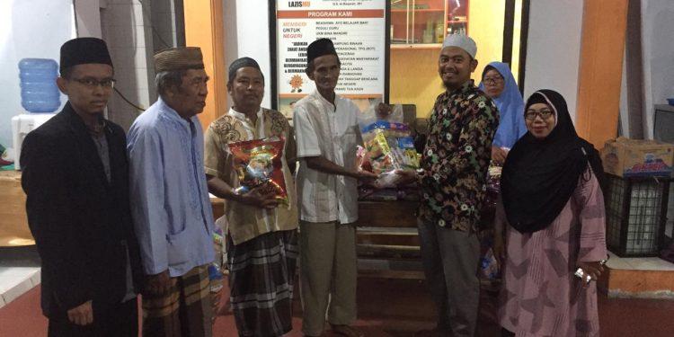 Ketua Takmir Masjid AL- AMIN serahkan paket sembako gratis kepada warga kurang mampu, Jum'at (6/9). Poto: Istimewa