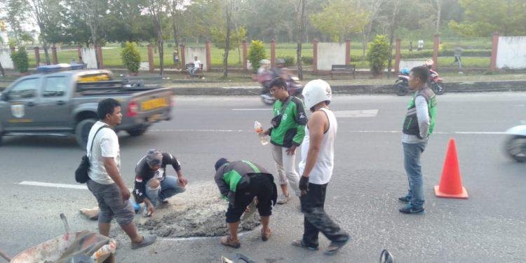 Peduli: DPD ADO dan Komunitas Driver Online Tambal Jalan Berlubang di Jalan Mulawarman (9/9). Poto: Istimewa