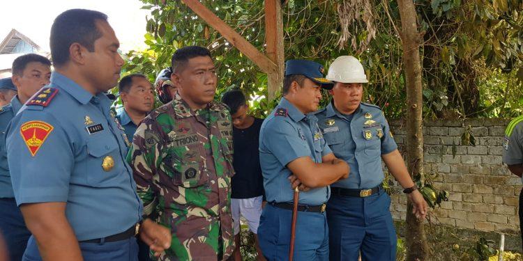 Komandan Lantamal XIII Tarakan Laksamana Pertama TNI Judijanto, meninjau langsung lokasi kebakaran yang menghanguskan rumah dinas TNI AL, (11/9). Poto: Slamet/Fokusborneo