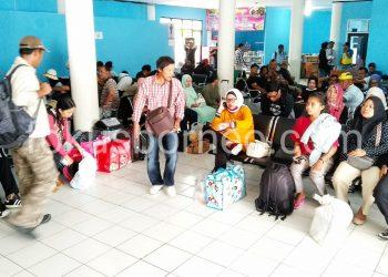 Cuaca buruk, ratusan penumpang menumpuk di terminal Pelabuhan SDF, Menunggu kembali dibukanya jalur pelayaran. (13/9). Poto: Ari/Fokusborneo