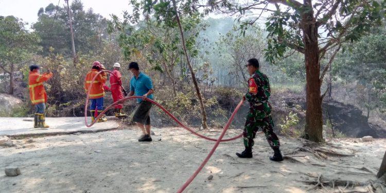 Koramil Tarakan Timur Bersama Instansi Terkait Padamkan Kebakaran Lahan didaerah Kelurahan Pantai Amal.Poto:Pendim