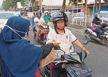Kabut Asap: Komunitas Sedekah Tarakan Bagikan Masker dan Air Mineral Kepada Pengguna Jalan. Poto: Istimewa