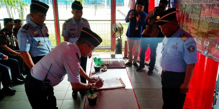Sertibat Kalapas Kelas II Tarakan dari R.B Danang Kepada Maman Hermawan, Selasa (17/9). Poto: Fokusborneo