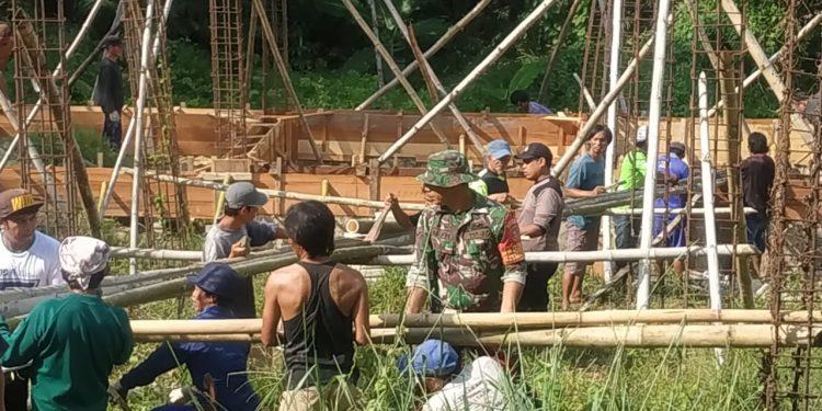 Babinsa Kodim 0907/Tarakan melaksanankan kerja bakti pembangunan masjid bersama warga .Poto:Pendim 0907/Trk