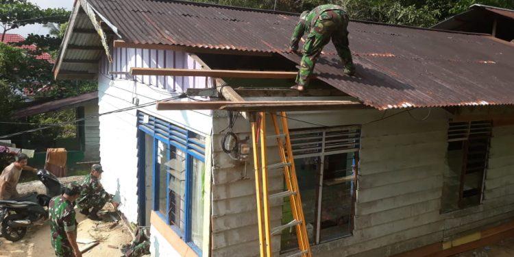 Personel Kodim 0907/ Trk melaksanakan bantuan bedah rumah di tempat Ibu Rusmini(Janda) Warga RT.07 kel.pamusian kec.Tarteng,Rabu(25/09/2019).