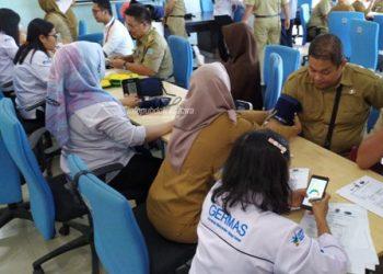 PEMERIKSAAN : Kegiatan pemeriksaan kesehatan PTM untuk kalangan ASN di Kantor Gubernur Kaltara, Senin (14/10).Poto: Humas Provinsi Kaltara