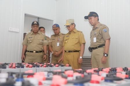 ELEKTRIFIKASI : Gubernur Kaltara, Dr H Irianto Lambrie saat meninjau salah satu PLTS Terpusat di Kaltara, baru-baru ini.Poto:Humas Pemprov Kaltara