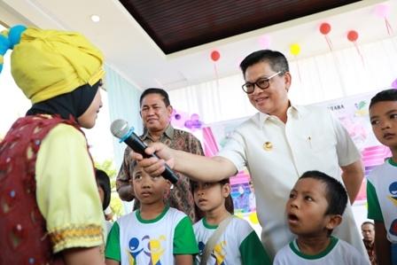 UNTUK ANAK : Gubernur Kaltara, Dr H Irianto Lambrie saat menghadiri acara One Day for Children di Pendopo Lapangan Agatish, Tanjung Selor, Jumat (18/10) lalu.Poto:Humas Provinsi Kaltara