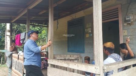 BANTUAN : Asisten II Setdaprov Kaltara, H Syaiful Herman berkunjung kerumah salah satu penerima bantuan Program BSPS di Kecamatan Peso, (19/10) lalu.Poto:Humas Pemprov kaltara