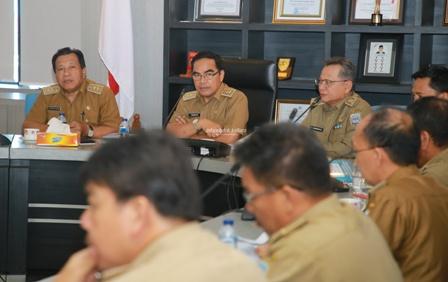RAPAT STAF : Sekprov Kaltara, H Suriansyah memimpin rapat staf bersama OPD di lingkup Provinsi Kaltara di Lantai 1 Kantor Gubernur, Senin (21/10).Poto:Humas Provinsi Kaltara