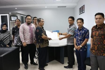NPHD : Perwakilan BPKAD Kaltara saat menyerahkan NPHD kepada perwakilan KPU Kaltara, Rabu (2/10).Poto: Humas Provinsi Kaltara