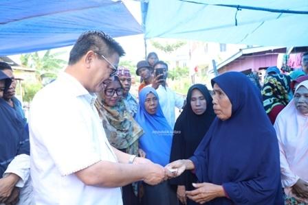 PERTAHANKAN UHC : Gubernur Kaltara, Dr H Irianto Lambrie saat menyerahkan JKN-KIS kepada masyarakat Kota Tarakan beberapa waktu lalu.Poto: Humas Provinsi Kalimantan Utara