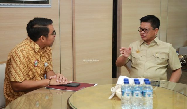 JAMINAN KESEHATAN : Gubernur Kaltara, Dr H Irianto Lambrie saat menerima kepala Cabang BPJS Tarakan Wahyu Putra Pujianto, Selasa (29/10) siang.Poto: Humas Provinsi Kaltara