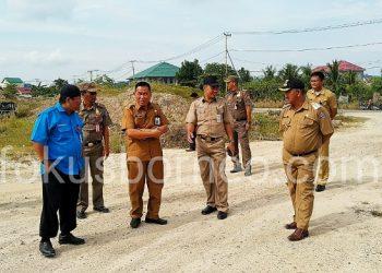 Walikota Tarakan Khairul beserta jajaran saat meninjau lokasi rencana pembangunan gedung SMP N 14 di Boom Panjang, (1/10). Poto: Ari/fokusborneo