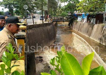 Walikota Tarakan Khairul Meninjau Kanal depan Bandara Juwata Untuk dimanfaatkan sebagi air baku PDAM, (1/10). Poto: Ari/fokusborneo