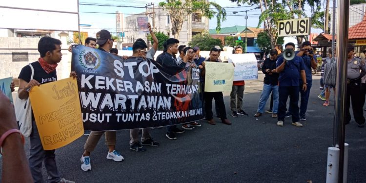 Ikatan Jurnalis TV Indonesia (IJTI) Kalimantan Utara dan Persatuan Wartawan Indonesia (PWI) Tarakan dalam wadah 'Aliansi Peduli Wartawan' melakukan unjuk rasa aksi damai menentang kekerasan terhadap wartawan di  Makopolres Tarakan, Rabu (02/10/19).