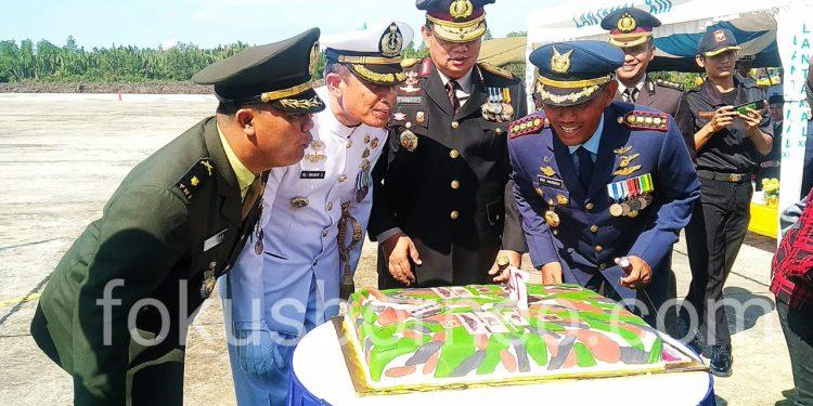 Kapolda Kaltara beri kejutan kue ulang tahun kepada jajaran TNI usai upacara peringatan HUT TNI Ke-74 di Apron Lanud Anang Busra Tarakan (5/10). Poto: Ari/fokusborneo