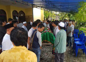 H.M.Badrani Tutup Usia: Keluarga, Sahabat, dan Masyarakat Hadir mengantarkan Jenazah di tempat peristirahatan terakhirnya. (6/10). Poto: Slamet/Fokusborneo