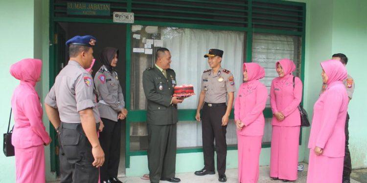 Jajaran Polri dan Bhayangkari memberi kejutan bahagia yang diterima oleh Kasdim 0907/Trk Mayor Inf Thohar.Poto:Pendim 0907/Trk