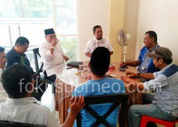 Sabar Santoso, bersama tim penjaringan DPW PAN Kaltara Saat menerima  salah satu Balon (11/10). Poto: Ari/Fokus borneo