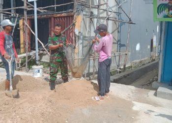 Serma Suprianto Babinsa Koramil 0907/02 Tarteng  membantu warga binaanya membuat Saluran Drainase di Gg.Jeruju RT.12 kel.sebengkok,.Poto:Pendim0907/Trk