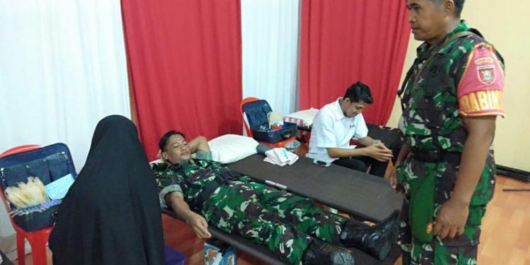 Anggota Kodim 0907/Trk melakukan donar darah dalam rangka HUT.Brimob ke -74 di Mako Brimob Polda Kaltara.Poto:Pendim 0907/Trk