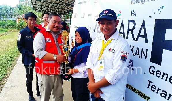 Ketua PMI Tarakan Muhammad Yunus Abbas Menyerahkan Piala Juara Umum Jumbara PMR 2019 se-Kota Tarakan, Ahad (27/10). Poto: Ari / fokusborneo.com