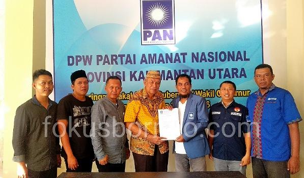 Udin Hianggio Serahkan Berkas Pendaftaran Penjaringan di Partai PAN, Selasa (29/10). Poto: Ari / fokusborneo.com