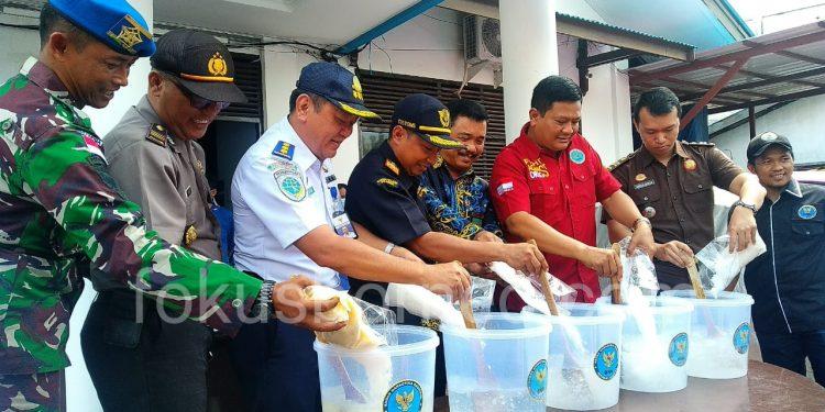 Kepala BNNP Kaltara Brigjen Pol Herry Dahana bersama Instansi Terkait Musnahkan BB Sabu, Kamis (31/10). Poto: Ari/fokusborneo.com