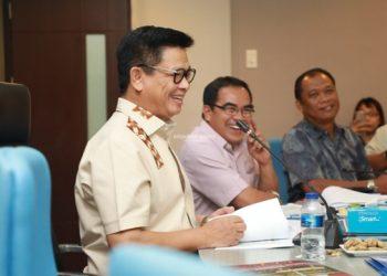 RAPAT STAF : Gubernur Kaltara, Dr H Irianto Lambrie saat memimpin rapat staf di ruang rapat lantai 1 Kantor Gubernur Kaltara, Rabu (20/11) malam. Poto: Humas Provinsi Kaltara