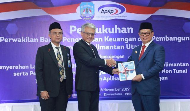 PENGAWASAN : Gubernur Kaltara, Dr H Irianto Lambrie saat menerima Laporan Kapabilitas APIP Level III dari perwakilan BPKP RI, Rabu (6/11).Poto:Humas Provinsi kaltara