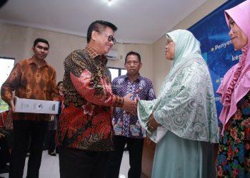 BANTUAN : Gubernur Kaltara, Dr H Irianto Lambrie saat menyerahkan bantuan kepada masyarakat di Kantor UPT Pelabuhan Tengkayu II, Kamis (7/11).Poto:Humas Provinsi Kaltara