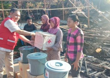 Ketua PMI Tarakan Muhammad Yunus Serahkan Paket Bantuan Kepada Korban Bencana Kebakaran. (12/11). Poto: Dok PMI Kota Tarakan