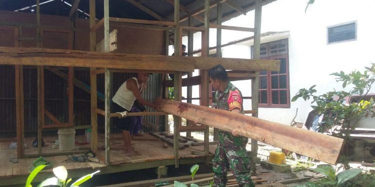 Serma Raudin Sinaga anggota Koramil 0907/03 Tarakan Barat yang sedang membantu pembangunan rumah milik Bapak Arsyad. Poto:Istimewa