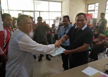 Penyerahan berkas Adminduk yang sudah dicetak dari PLT Kadisdukcapil Kota Tarakan Hamsyah kepada Bupati Flores Timur Antonius (16/11). Poto: Slamet/fokusborneo.com