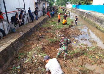 Babinsa Kodim 0907/Tarakan bersama Warga bersihkan daerah aliran sungai (17/11). Poto: Doc Babinsa Kodim 0907/Tarakan