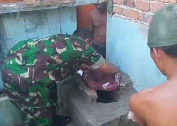 Serma Suprianto Terjun Langsung Membantu Pembuatan Jamban milik Jumari Warga RT.06 Kel.Sebengkok. Poto: Doc Babinsa Kodim 0907/Trk