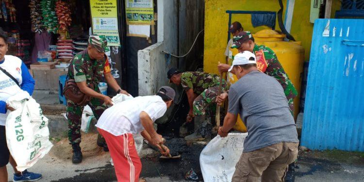 Prajurit Kodim 0907/Trk bersama warga melaksanakan pembersihan di ruas jalan RT.2 dan 4 kel.Selumit pantai. Poto : Doc. Pendim 0907/Trk