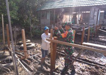 Serka Joko Sutopo membantu Pembangunan rumah milik Rifai Warga RT.08 Kel.Kampung Empat. Poto : Doc Babinsa Koramil 0907/01 Tartim Dim 0907/Trk